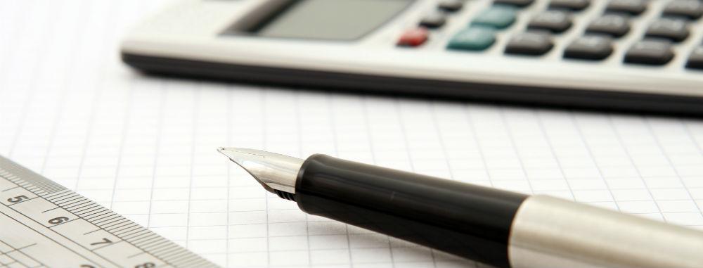 Blyant, papir og lommeregner til regnskabsbrug