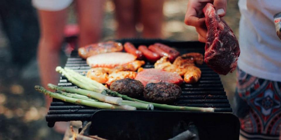 Hold årets bedste sommerfest med grillmad og kølige drinks