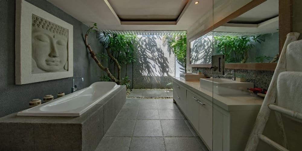 Skab et Ney Yorker badeværelse med microcement gulv